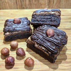 Brownie de chocolate 70% com avelã e cobertura de ganache Pólen sem glúten